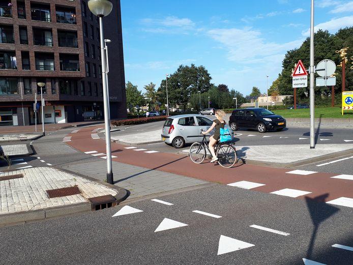 Op de rotonde bij de Valpoort in Etten-Leur komen de fietsers niet alleen van links, maar ook van rechts. Dat is overigens op nog enkele rotondes in de gemeente het geval. De gemeente komt daarmee fietsers tegemoet die de rotonde maar voor een kwart willen nemen.