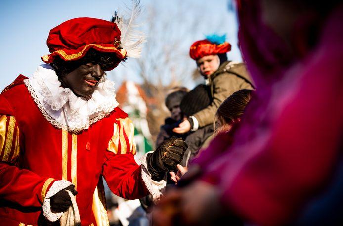 Bij de landelijke intocht van Sinterklaas in Apeldoorn zijn alleen roetveegpieten te zien, maar in Salland is tijdens intochten en huisbezoeken juist geen enkele roetveegpiet te zien.