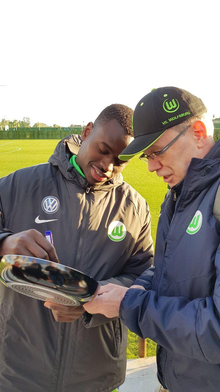 Landry Dimata deelt handtekening uit aan de fans van Wolfsburg.