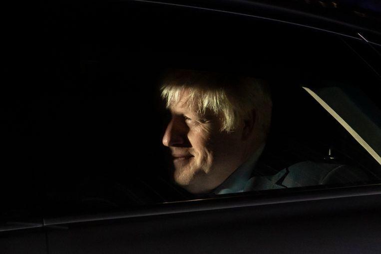 De Britse premier Boris Johnson verlaat donderdag het Lagerhuis in Londen, waar hij deze week de ene na de andere stemming verloor. Beeld Will Oliver/EPA