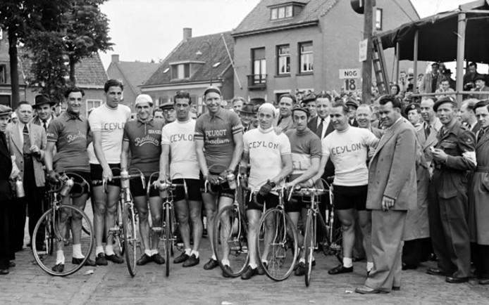 Nederlandse Tour de France ploeg met Kees Pellenaars, tijden de ronde van Wouw 1951 in Wouw. Foto Archief BN DeStem