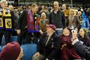 Merab Jordania begroet Airborne-veteranen in de rust van de Airborne-wedstrijd in 2010. Rechts van hem Stef ten Thij van de Supportersvereniging Vitesse. Links Paul van der Kraan, destijds directeur van Vitesse.