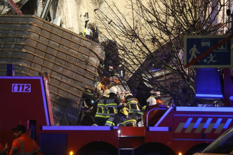 Eerder werden al vier mensen vanonder het puin gehaald. Later deze avond werden ook een man, vrouw en kind gered.