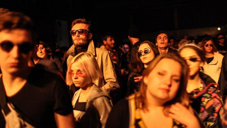 Bezoekers van het Cxema-feest in de Dovzjenko Filmstudio's in Kiev. 'Niemand praat met elkaar. Alsof iedereen komt om alles even achter te laten.' Beeld Oleksandr Techynskyi