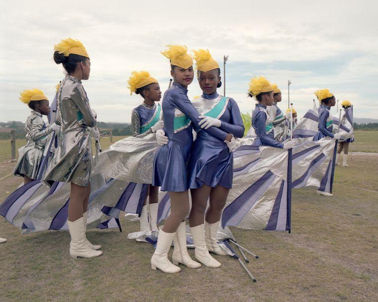 In plaats van de traditionele 'busby's' die bij deze ronde worden gedragen, heeft het Elgin-team hoeden met veren. Ze werden gemaakt door hun coach, zodat ze uniek zijn. Hij ontwerpt alle outfits, inclusief de rekwisieten. Beeld Alice Mann