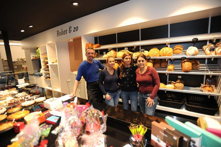 Uitbater Anna (rechts) van de nieuwe zaak 'Bokes en Zo' met haar collega's Antonio, Luna en Jessica.