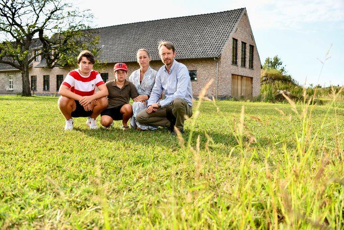 Steven Van Herreweghe (47) en Karen Willems (45) met hun kinderen Gilles (15) en Louis (10). Het gezin maakt deel uit van de actiegroep die strijdt tegen de windmolen van Electrabel.