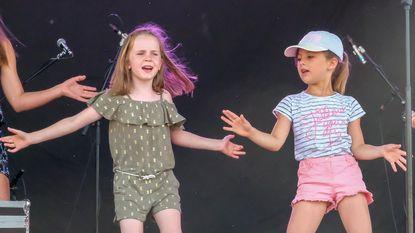 Allerkleinsten genieten van kinderdisco tijdens AC-festival