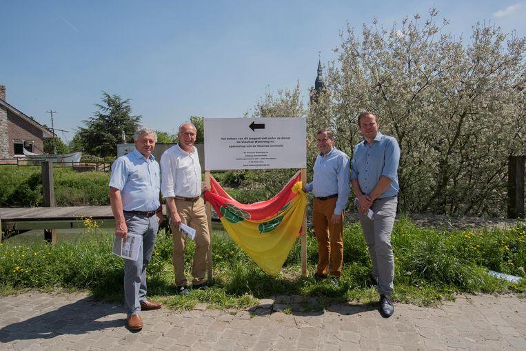 Burgemeesters Gerard Liefooghe (Alveringem), Lode Morlion (Lo-Reninge), ChristofDejaegher (Poperinge) en schepen Ben Desmyter (Poperinge) bij het infobord.