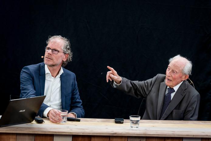 Wim Aloserij (94) en Frank Krake bij presentatie van het boek 'De laatste getuige'.