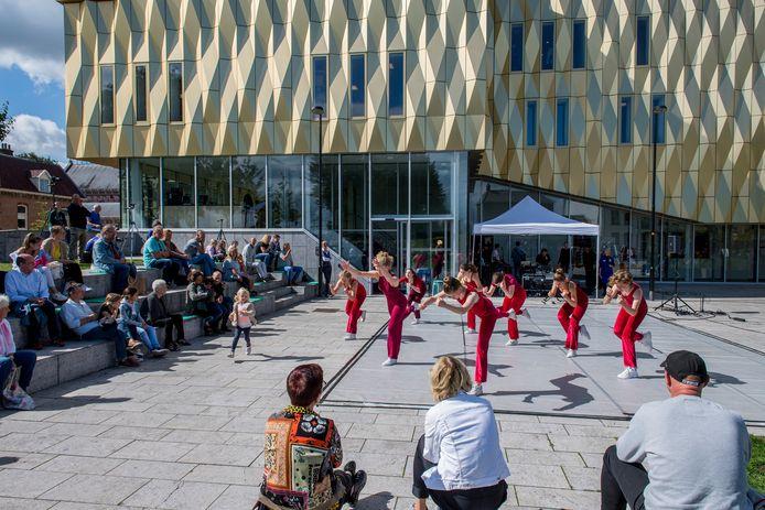 Groep 2 en 3 brengen de dansvoorstelling 'Pleinstuk', gemaakt door docent Vera van Weerden.