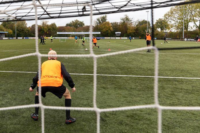 Trainen op het Sleeuwijkse sportpark De Roef: in groepjes en met voldoende afstand.