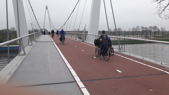 De eerste fietsers gaan over de Dafne Schippersbrug