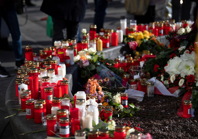 Collega's en geschokte Augsburgers plaatsten ter nagedachtenis aan de overleden stadgenoot kaarsjes, bloemen en berichten op de plaats delict.