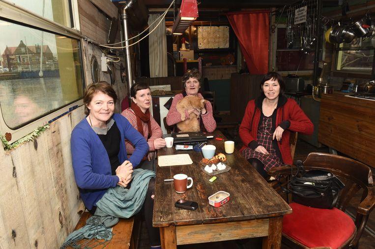 Vrijwilligers Gerda Goris, Rose en Saar van de Leest en Roos Janssens.