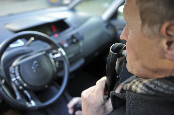 Bij het alcoholslot moet een bestuurder eerst met een blaastest aantonen dat hij niet heeft gedronken voor hij de auto kan starten.