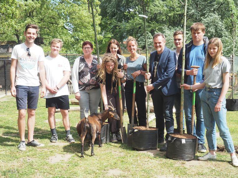 De klimaatjongeren en enkele Groen-mandatarissen plantten zeventien bomen in het Tivolipark in Mechelen.