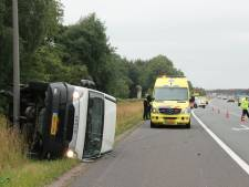 Busje vol met droge worsten krijgt klapband op A1 bij Holten
