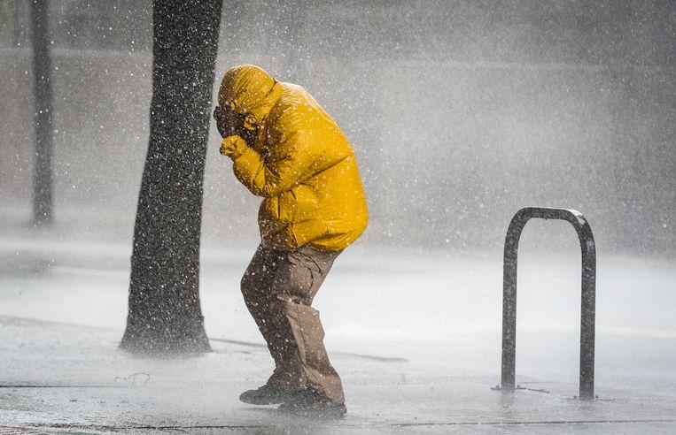 Een man wordt bedolven onder het slechte weer in Winston-Salem in Noord-Carolina. het zijn de uitlopers van orkaan Michael, die eerder stevig huishield in Florida.