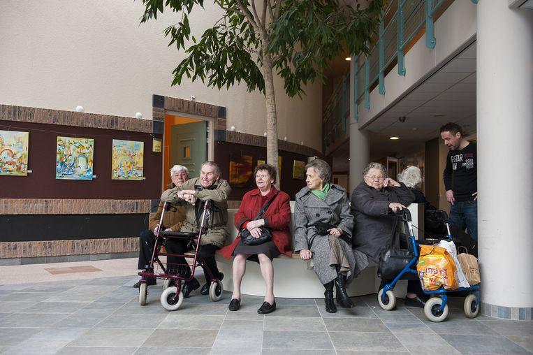 Ouderen wachten op vervoer na de dagbesteding in verzorgingshuis Meulenvelden. Beeld anp