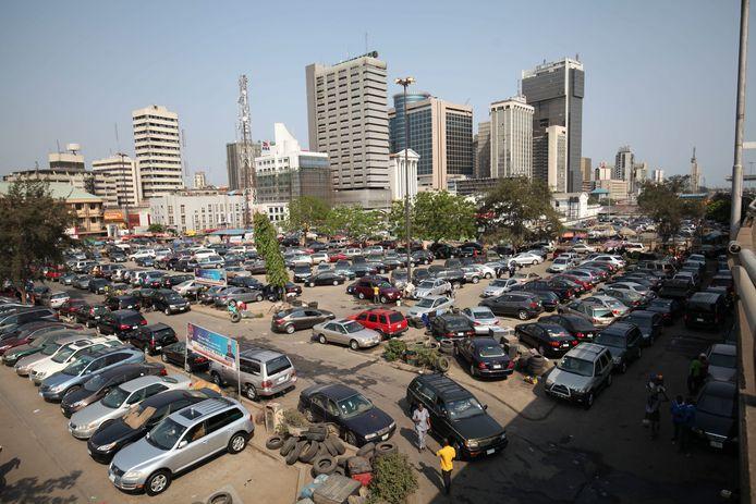 Een drukke parkeerplaats in Lagos, Nigeria.