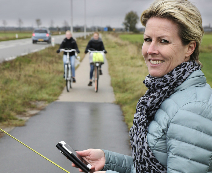 Carola Wilkens voert actie voor het sneller aanpakken van de smalle fietspaden van Oss naar Lithoijen.
