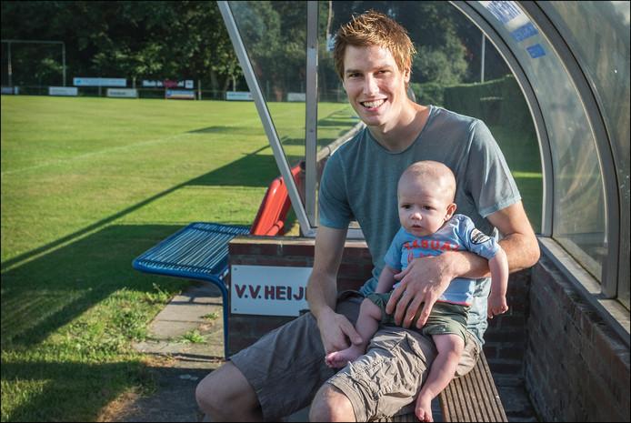 Heijen-speler Nick de Valk met zoon Royd.