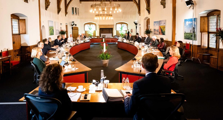 Het kabinet was vrijdag voor de wekelijkse ministerraad uitgeweken naar de Rolzaal. Deze zaal is groter dan de Trêveszaal, zodat men, om besmetting met het coronavirus te voorkomen, verder uit elkaar kan zitten.  Beeld Bart Maat / ANP