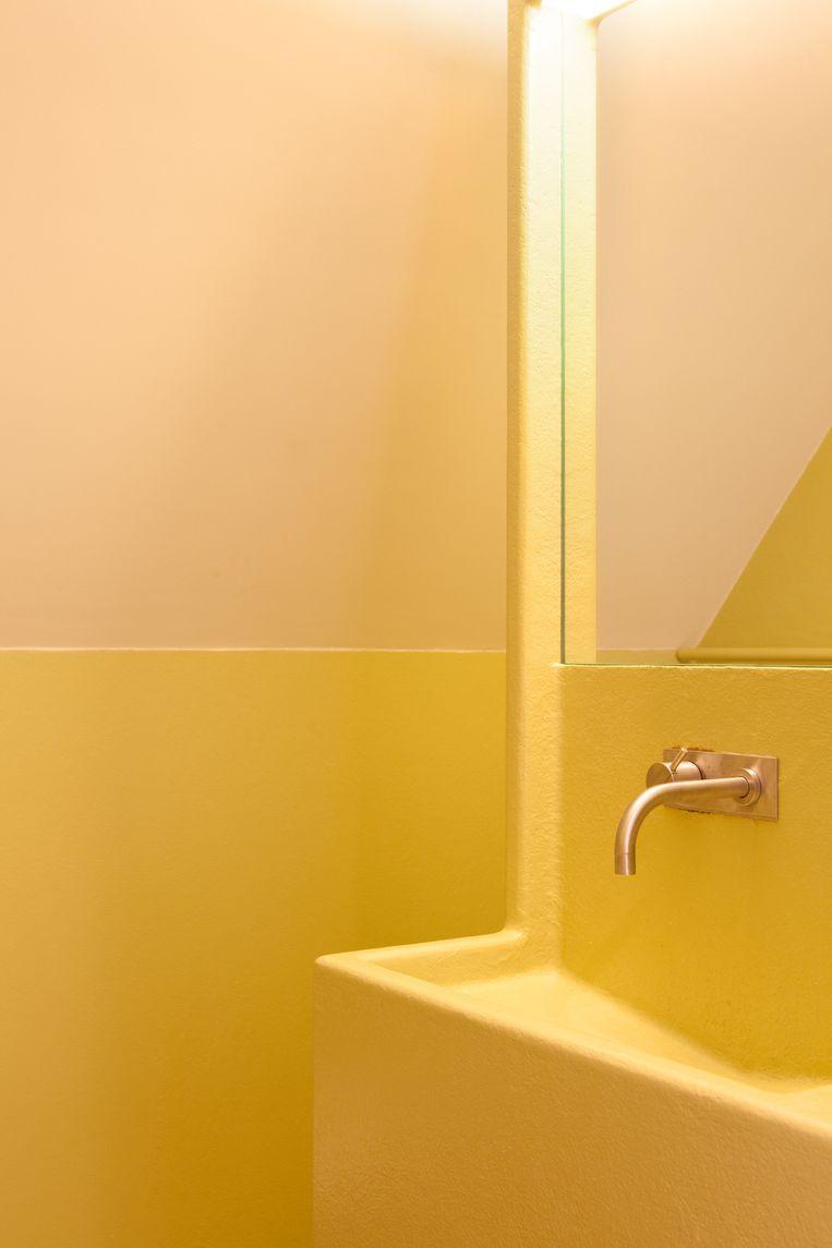 'Dit is de badkamer op zolder. We wilden een iets andere kleur, anders zou alles in huis wit, houtkleurig en donker worden.' Beeld Marie Wanders