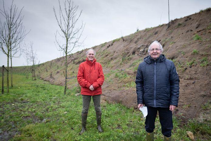 Paul Meynendonckx en Dirk Geens, hier aan de talud, klagen de manier waarop de gemeente omgaat met vergunningen voor Veiling Zuid aan