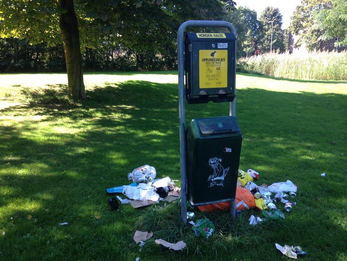 Afval in Park de Hogenkamp.
