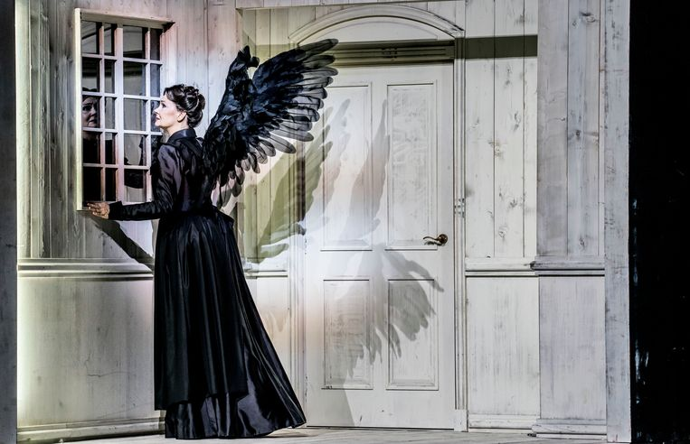 Anna Larsson (Waldtaube) als een zwarte engel des doods. Beeld marco borggreve