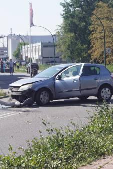 Automobilist botst op lantaarnpaal in Bunschoten: bestuurder aangehouden