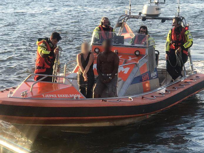 De zwemmers worden door de KNRM aan land gebracht.