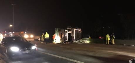 Vrachtwagen geladen met stenen kantelt op de E40 in Landegem: alle rijstroken versperd