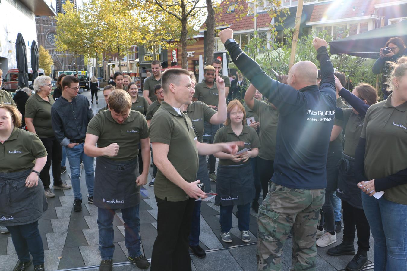 Medewerkers van Brownies & Downies kregen een bootcamp van marineveteranen.