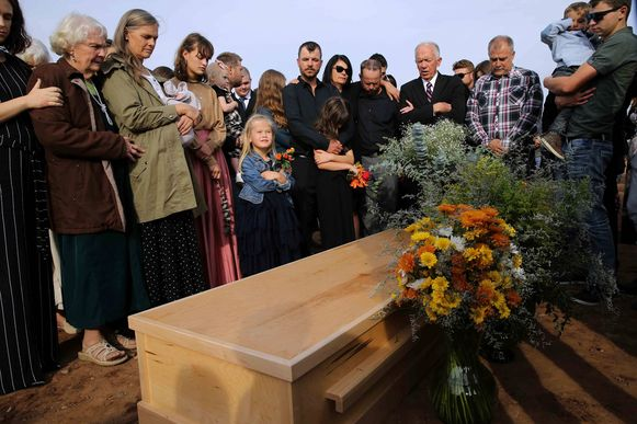 Familie en vrienden bij de begrafenis van Christina Langford Johnson.