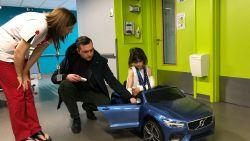 Naar de dokter? Dan nemen we de Volvo cabrio: vader schenkt mini-auto aan ziekenhuis dat zijn dochter verzorgde