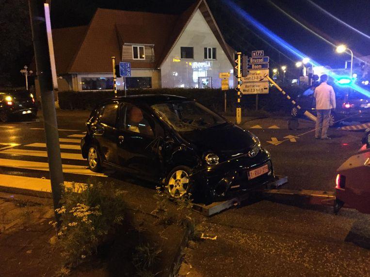 Het ongeval op A12 ter hoogte van McDonald's. De wagen achteraan op de foto heeft een verkeerslicht omvergereden.