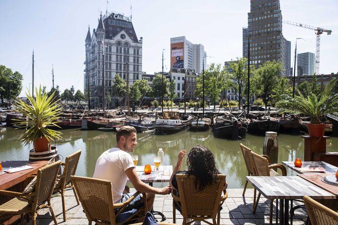 Gasten op een terras in Rotterdam tijdens het mooie weer van de afgelopen weken.
