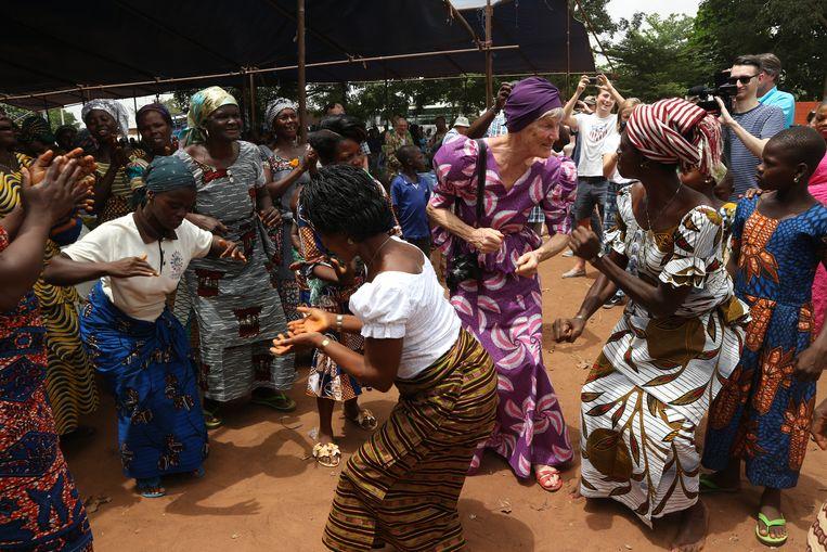 Inwoners van Kissamey dansen met 'investeerders' van The Hunger Project. Foto Elske van den Hoogen Beeld Pieter Willemsen/Hunger project