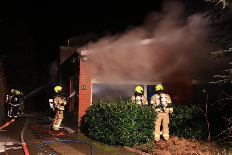 Toen de brandweer arriveerde, sloegen de vlammen al naar buiten en stond de bungalow in lichterlaaie.