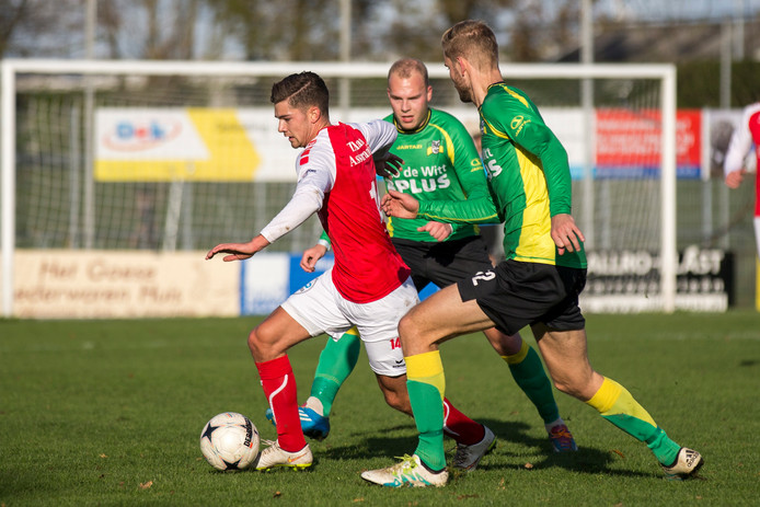 Luuk Rossen (rechts) en Joep Martens van BVC'12 op archiefbeeld in de wedstrijd tegen GOES.