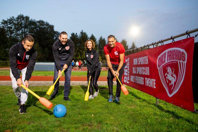 Trainers en bestuursleden Ruben Zijsling, Giel ten Berge, Willeke Ligtenberg en Eduard Leusink van Only Friends Twente spelen knotshockey op het terrein van AV Rijssen.