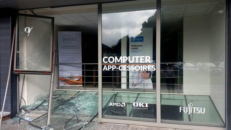 Een deel van de vitrine van computerspeciaalzaak Boxzed ligt aan diggelen.