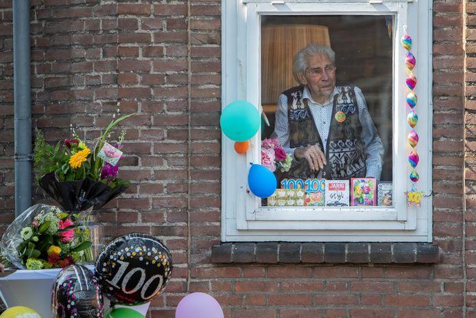 Geen knalfuif. Herman de Grijff vierde zijn 100-jarige noodgedwongen thuis. Alleen. Vele cadeaus en felicitaties van Zutphenaren brachten hem toch in een feeststemming.