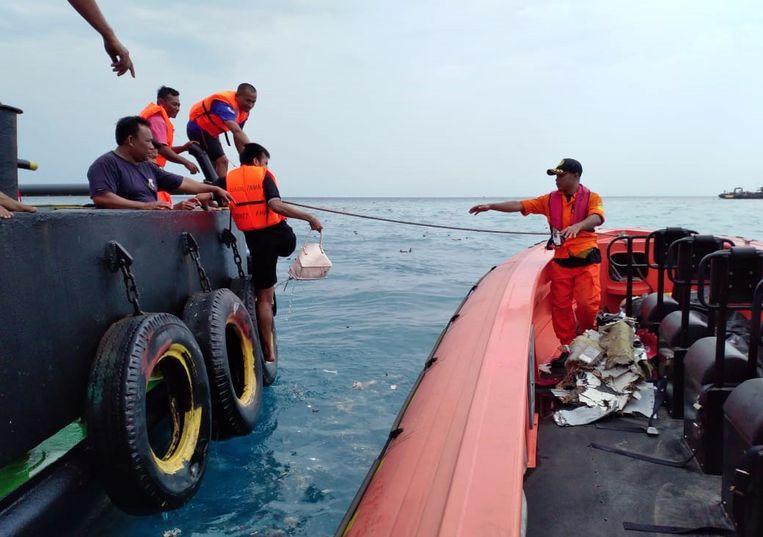 Indonesische reddingwerkers zoeken naar wrakstukken in de Javazee. Beeld EPA