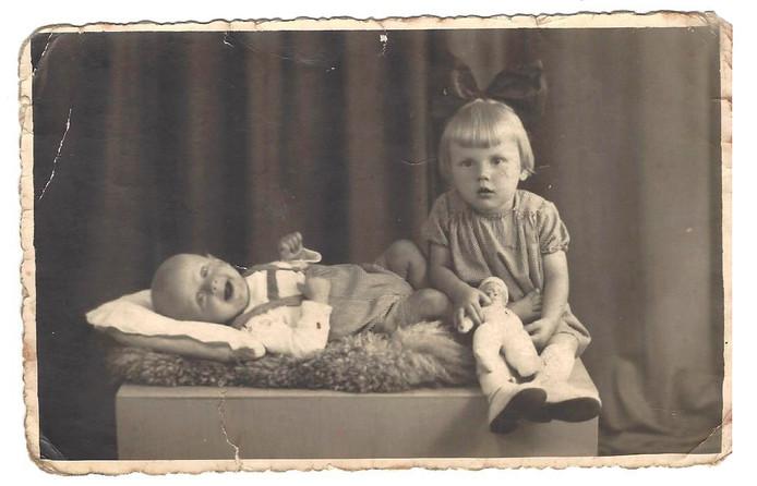 Kinderfoto van Ton Vermeulen en zijn zus Nelly.