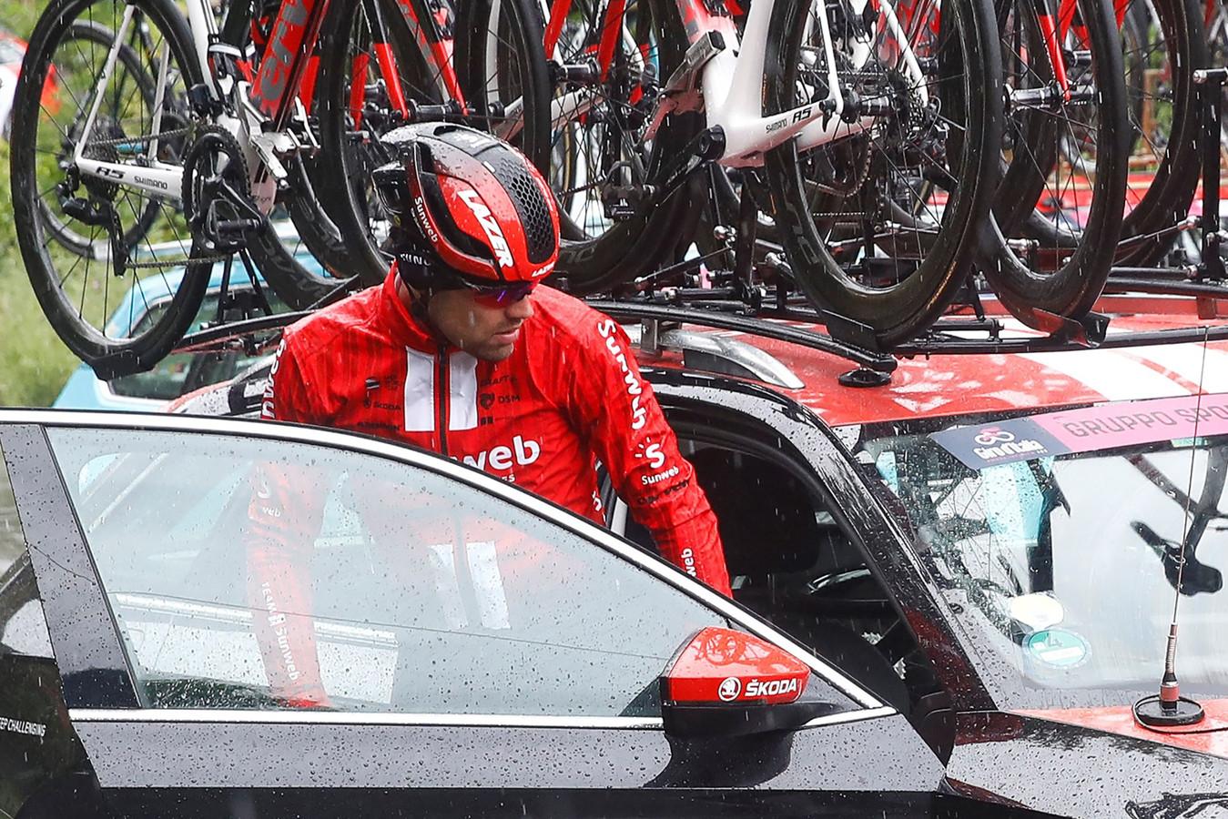 Tom Dumoulin stapt al voor de officiële start in de auto van zijn ploeg.