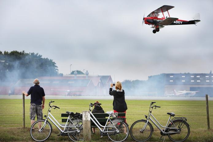 Vliegtuigspotters en dagjesmensen staan nog altijd graag langs de kant te kijken naar de opstijgende en landende kisten op Breda Airport/vliegveld Seppe.